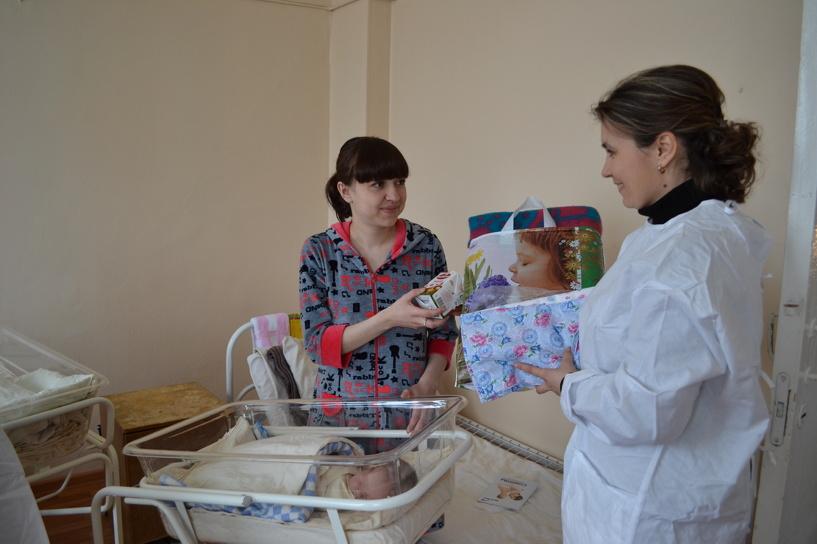 В областном роддоме молодым мамам вручили полезные подарки