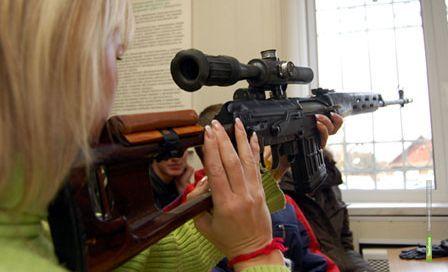 Тамбовских школьников вооружили автоматами и винтовками