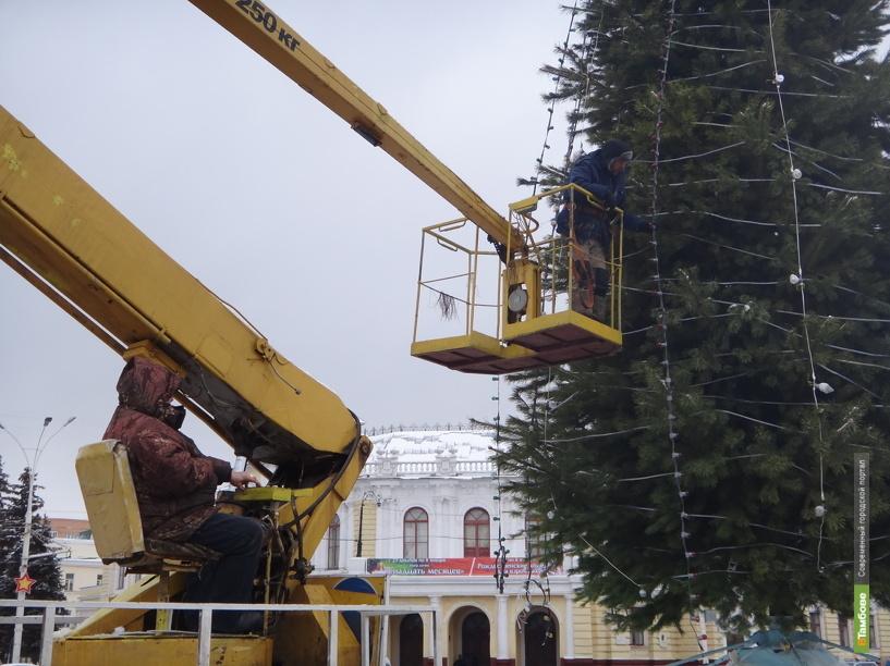 На площади Ленина «одевают» главную елку Тамбова