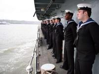 Британским морякам запретили пить за возлюбленных по субботам