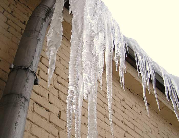 На мальчика с крыши школы упала ледяная глыба: ребёнок попал в реанимацию