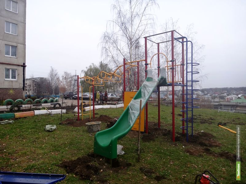 Жители тамбовской многоэтажки получили новую детскую площадку