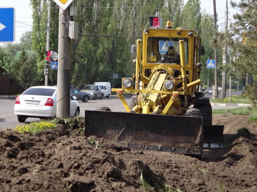 Вдоль бульвара Энтузиастов выравнивают газоны