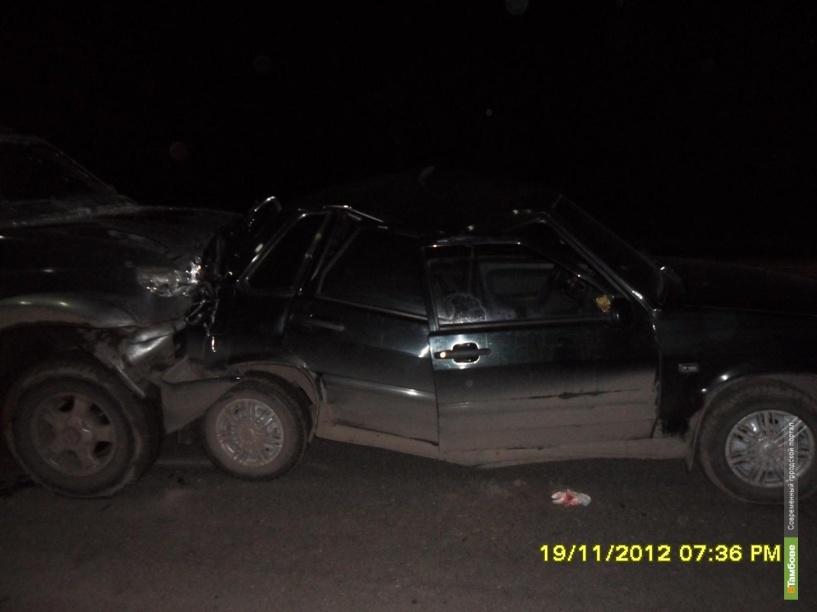 Отечественный внедорожник врезался в стоявшую машину