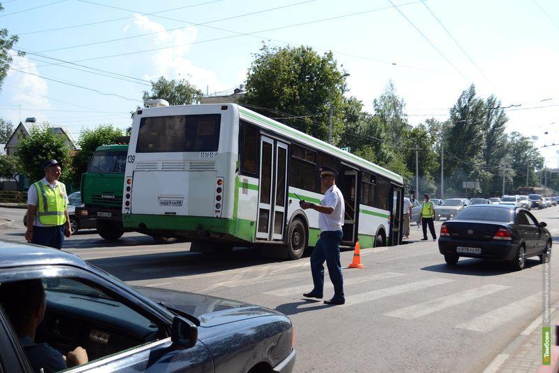 На перекрёстке улиц Гастелло и Гагарина провалился автобус