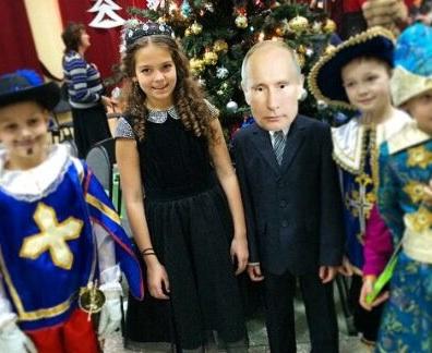 «Просто он любит президента»: второклассник пришел на елку в костюме Путина