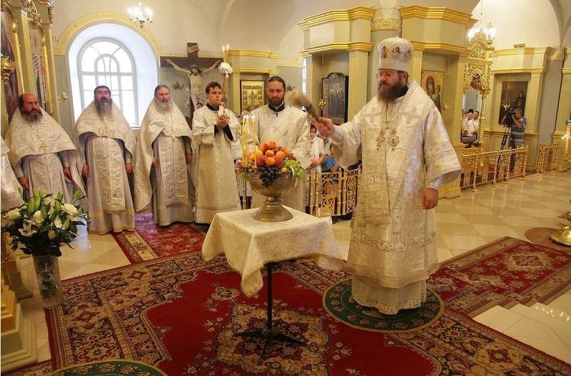 В Яблочный Спас митрополит Феодосий освятил плоды нового урожая