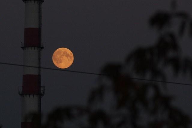 Последнее суперлуние-2014: пользователи соцсетей делятся фотографиями «большой Луны»