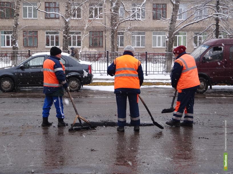 В Тамбове в снег начали укладывать асфальт
