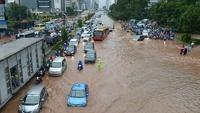 Наводнение парализовало жизнь в столице Индонезии