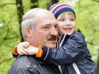 Сын Лукашенко требует у Деда Мороза в подарок оружие