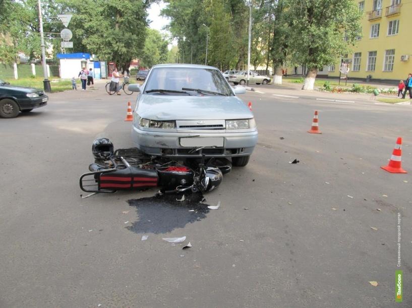 В Котовске двое на мопеде попали под колёса легковушки