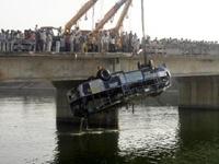 В Эквадоре 16 человек погибли из-за падения автобуса в реку