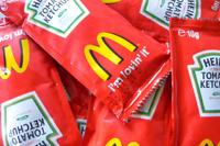 Развод и кетчуп по почте: McDonald's отказывается от соусов Heinz