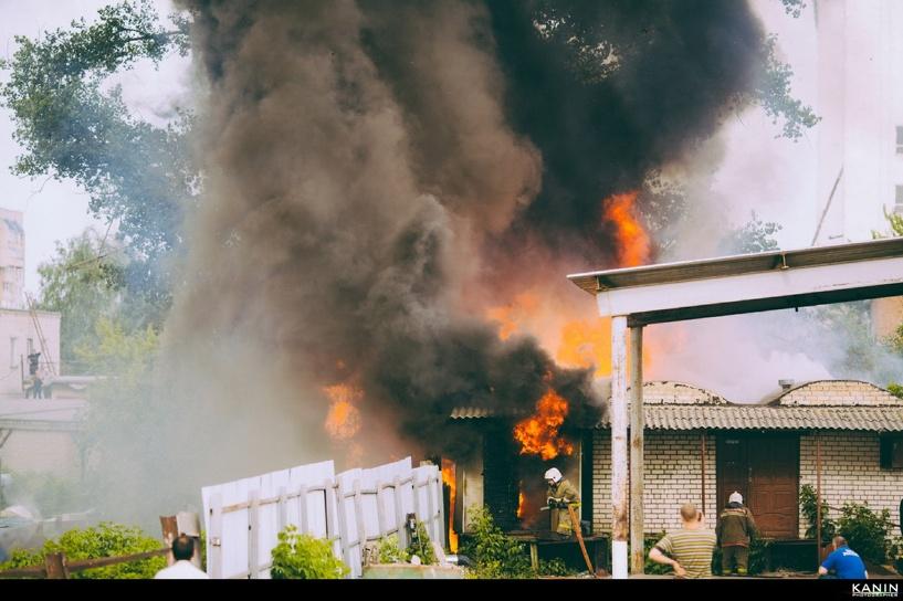 В Тамбове загорелись склады рядом с торговым центром