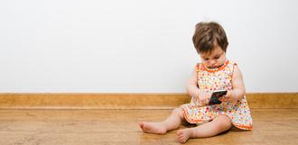 Учёные заявили, что использование смартфона замедляет развитие речи у детей