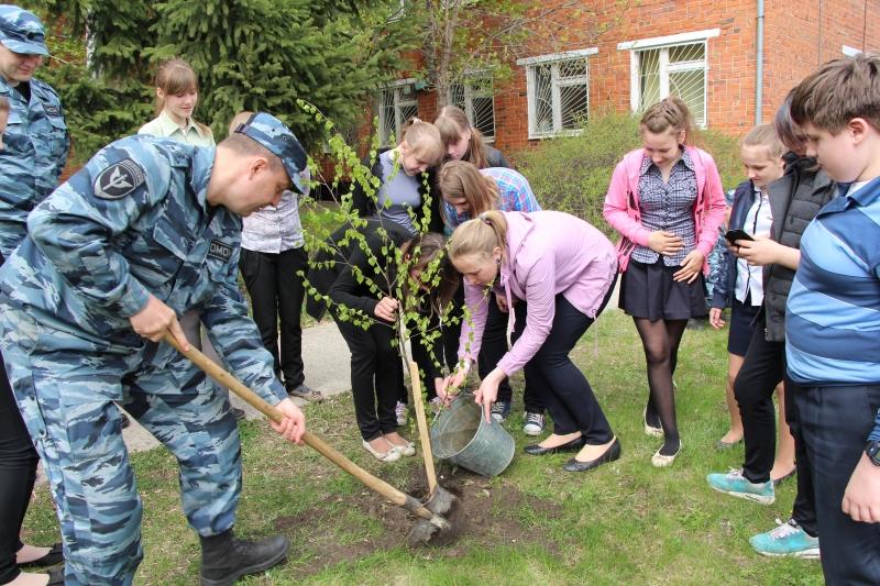 Тамбовские школьники посадили березовую рощу на базе ОМОН