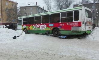 Врезавшийся в легковушку автобус снес дорожный знак