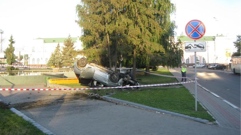 Иномарка едва не нырнула в фонтан на Привокзальной площади