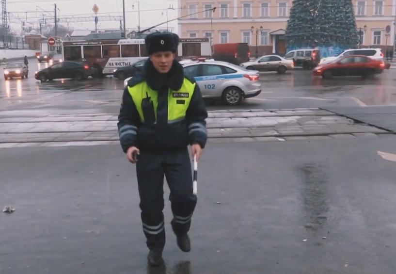 Happy и танцующий дэпээсник. Хор МВД поздравил россиян с Новым годом