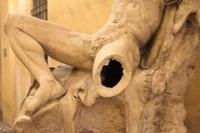 В Милане статуя XIX века стала жертвой неудачного селфи