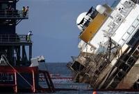 В Италии подняли затонувший лайнер Costa Concordia