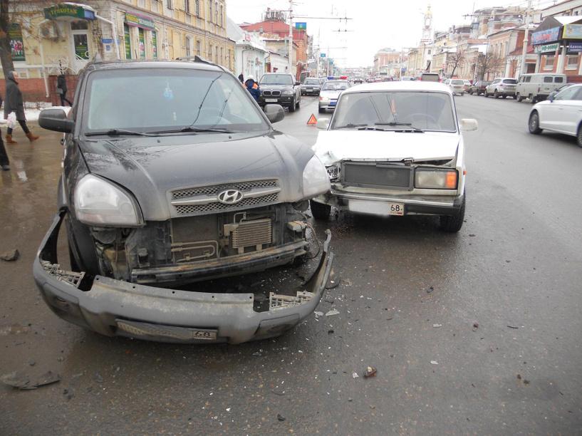 В центре Тамбова столкнулись «Хендай» и «семерка»