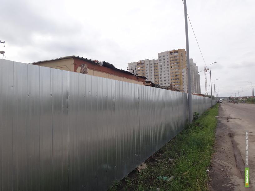 Прокуроры заставили строителей поставить забор на объекте