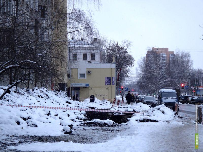 Коммунальщики на все праздники оставили тамбовчан без тротуара на Куйбышева