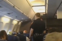 Американку высадили с самолета за непрерывное пение