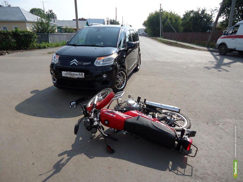 На перекрёстке в Рассказово двое на скутере угодили под колёса иномарки