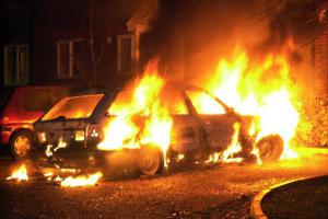 Машину жителя Сосновского района подожгли в разгар веселья