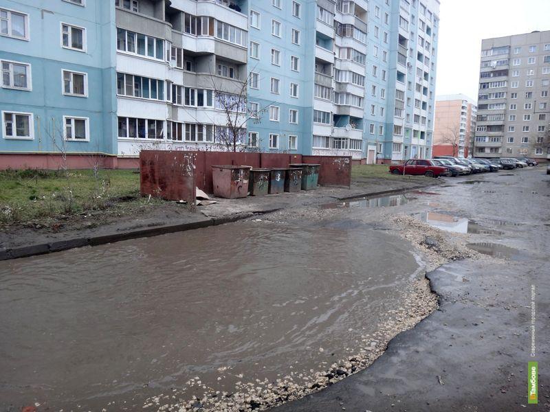 Тамбовчане просят губернатора заделать огромную яму во дворе многоэтажки