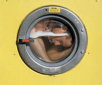 Любитель пряток из Австралии застрял голым в стиральной машине