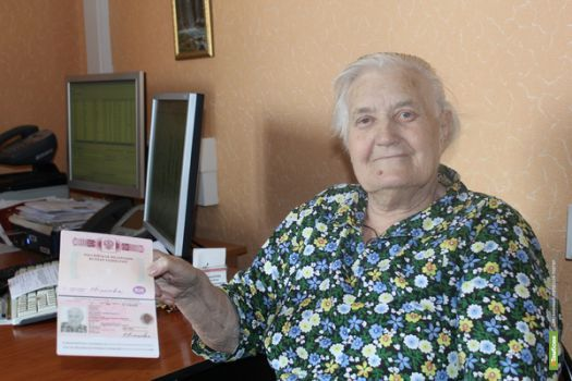 Жительница Первомайского района в 87 лет решила получить свой первый загранпаспорт