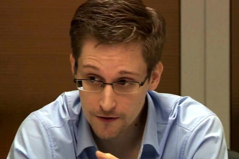 Еще три года в России: Сноуден получил вид на жительство