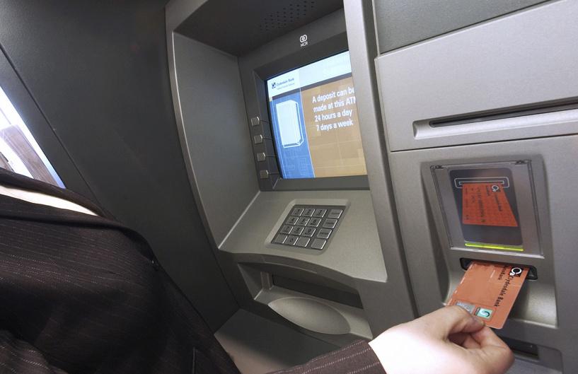 Тамбовчанин украл деньги с банковской карты собственного отца