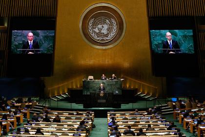 Украинский премьер Яценюк призвал не снимать санкции с России