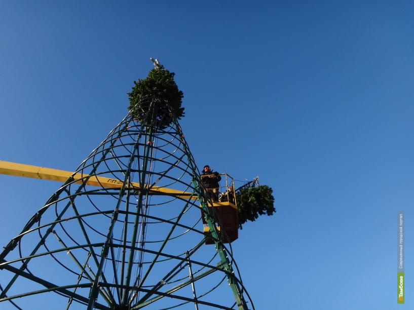 Рядом с избушкой Деда Мороза появилась праздничная елка