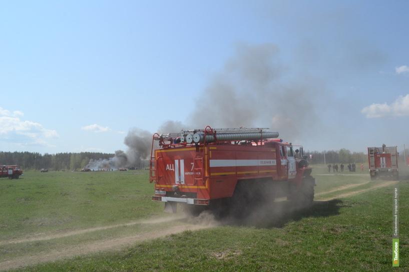 Тамбовские пожарные спасали от огня стог сена и ангар