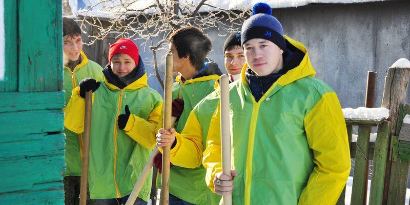 Волонтёры расчищают дворы ветеранов от снега