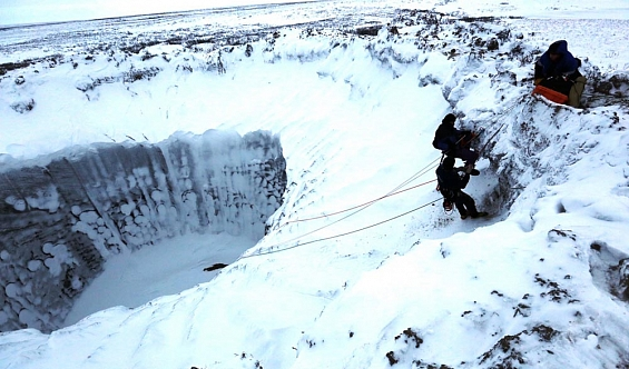 С третьей попытки: ученые опустились на дно огромной ямальской воронки