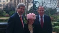 В ответ на картошку МИД России подарил Госдепу США розовую ушанку