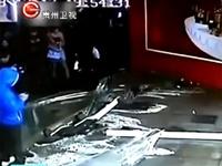 В Китае на посетителей торгового центра упал аквариум с акулами