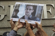 Эдвард Сноуден попросил политическое убежище в России