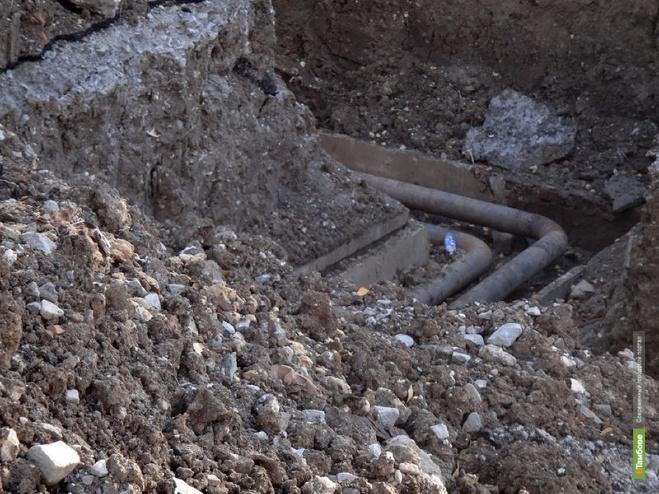 В одном из дворов на севере Тамбова жителям до сих пор негде пройти из-за огромной ямы