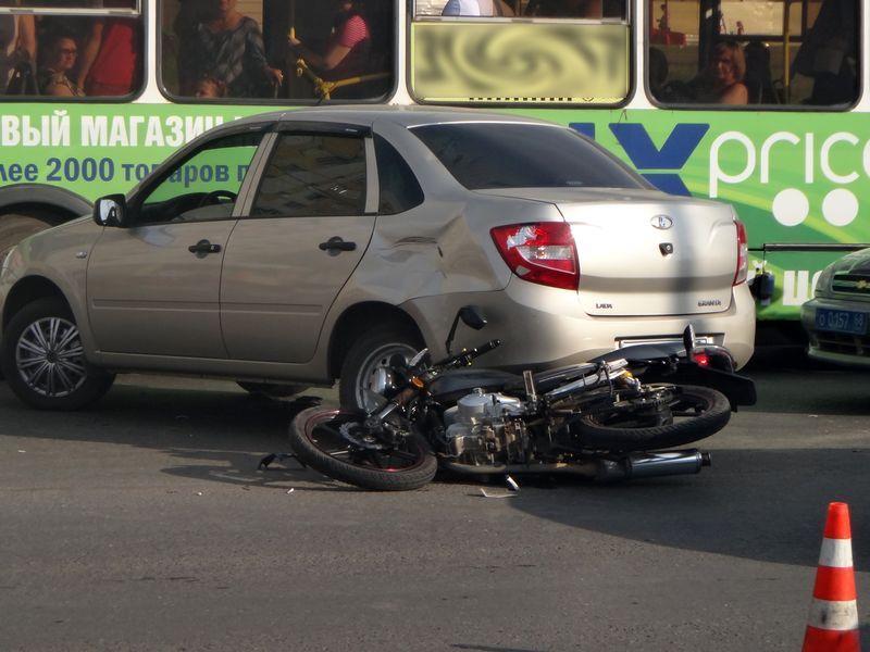 Мотоцикл и легковушка не поделили улицу Чичерина