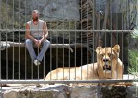 Житель Васильевки запер себя в клетке с беременной львицей