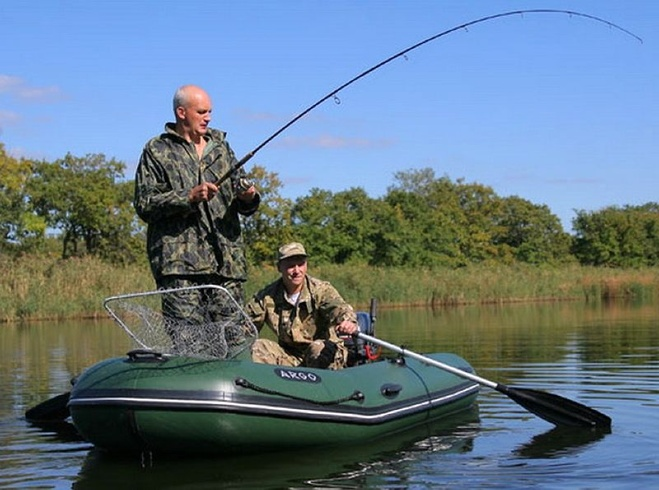 на что ловим рыбу с лодки
