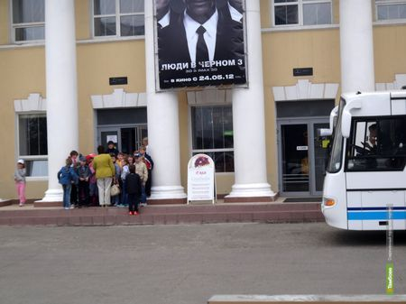 ВТамбове автобус припарковался на пороге кинотеатра